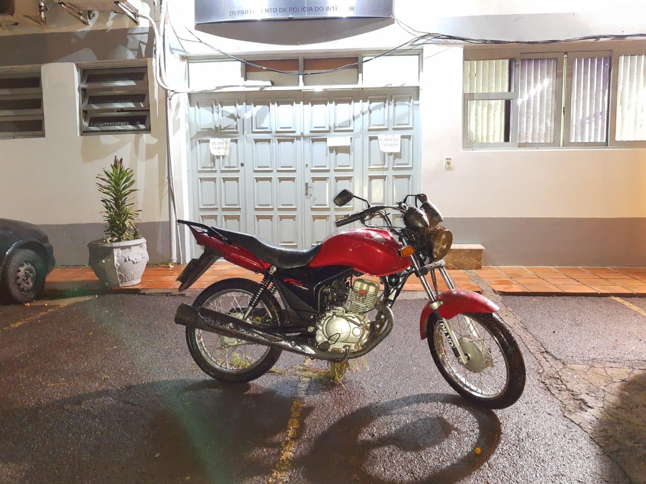 Brigada Militar recupera moto roubada em Garibaldi e prende homem com arma
