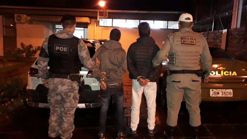 Dupla é presa por tráfico de drogas e com notas falsas em Paraí