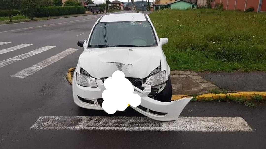 Veículo sobe a calçada e atinge poste no São Roque em Bento