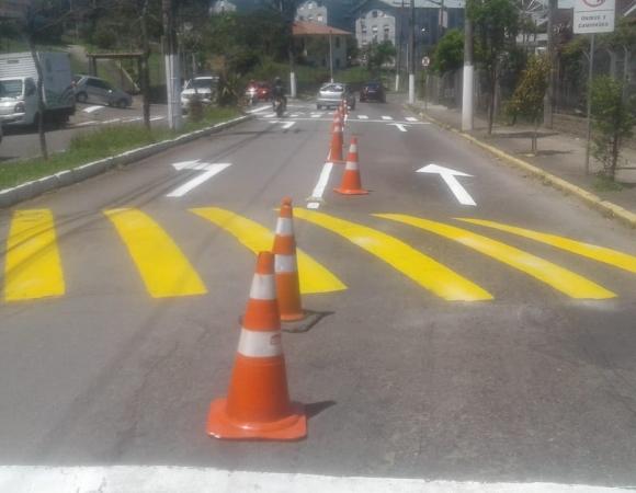 Secretaria de Mobilidade Urbana reforça pintura na Avenida São Roque em Bento