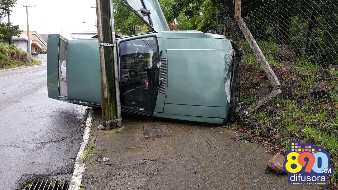 DMT atende acidente com danos no bairro Borgo em Bento