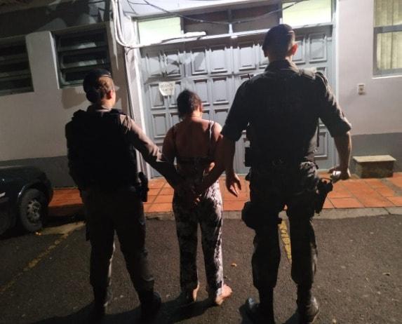 Brigada Militar prende mulher por tráfico de drogas no Eucaliptos em Bento
