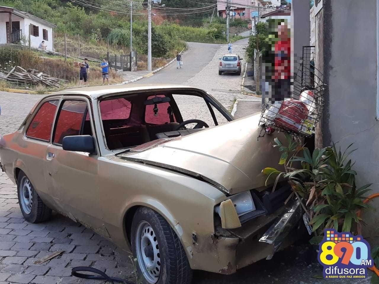 Motorista fica ferido após colidir veículo em residência no Vila Nova II em Bento