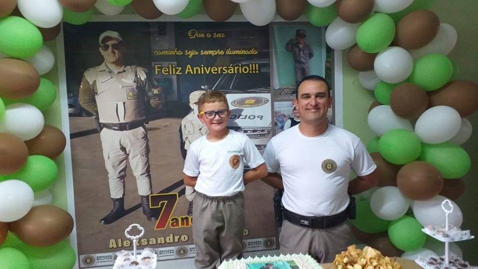 Brigada Militar faz surpresa em aniversário de menino em Farroupilha