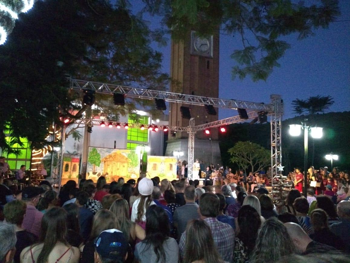 Espetáculo na Praça e Maria Fumaça no clima do Natal encantam comunidade de Santa Tereza