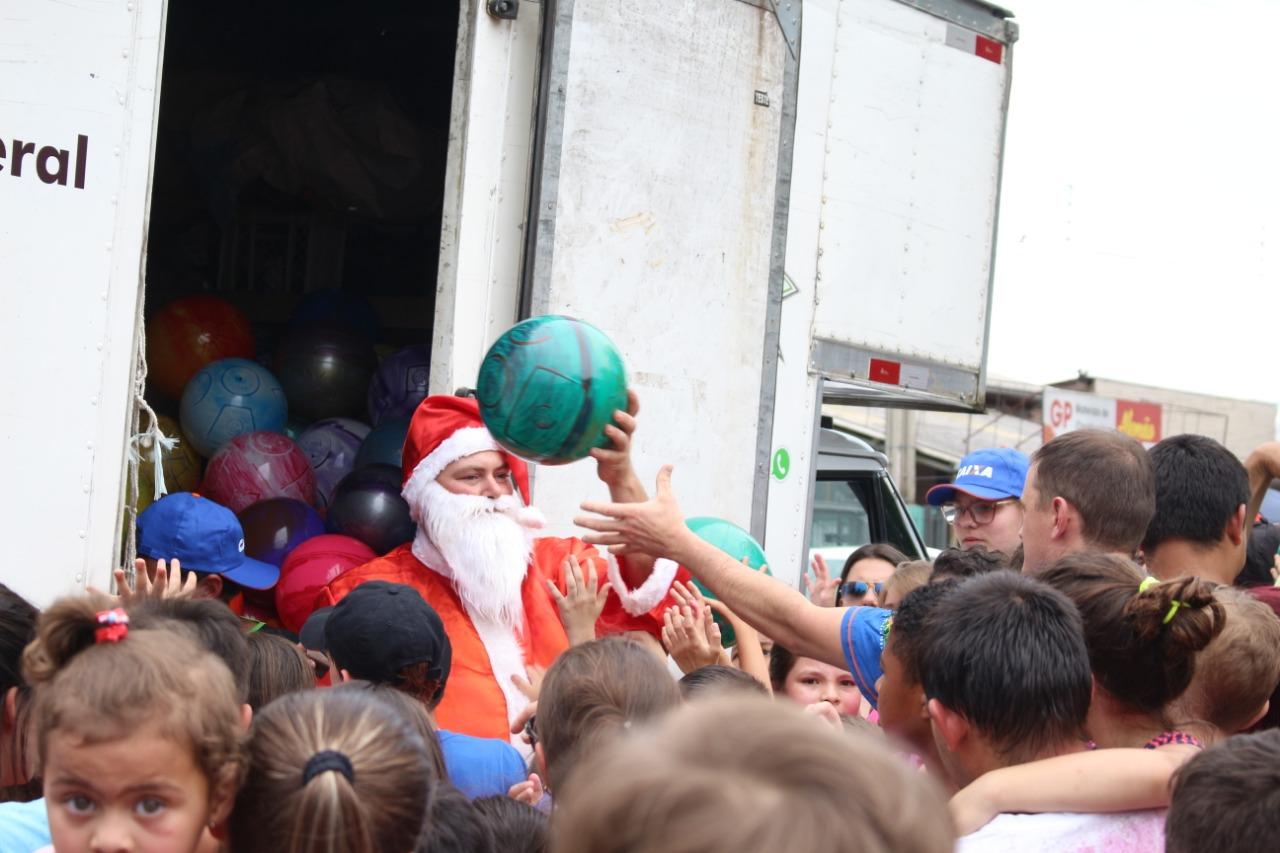 Chegada do Papai Noel congrega comunidade no bairro Fátima em Bento