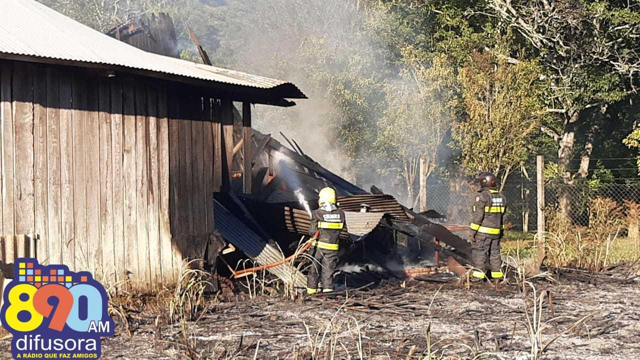 Bombeiros combatem incêndio em terreno no interior de Bento