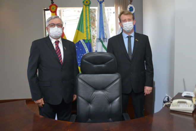Alex Carniel e Sérgio Chesini assumem Prefeitura de Garibaldi