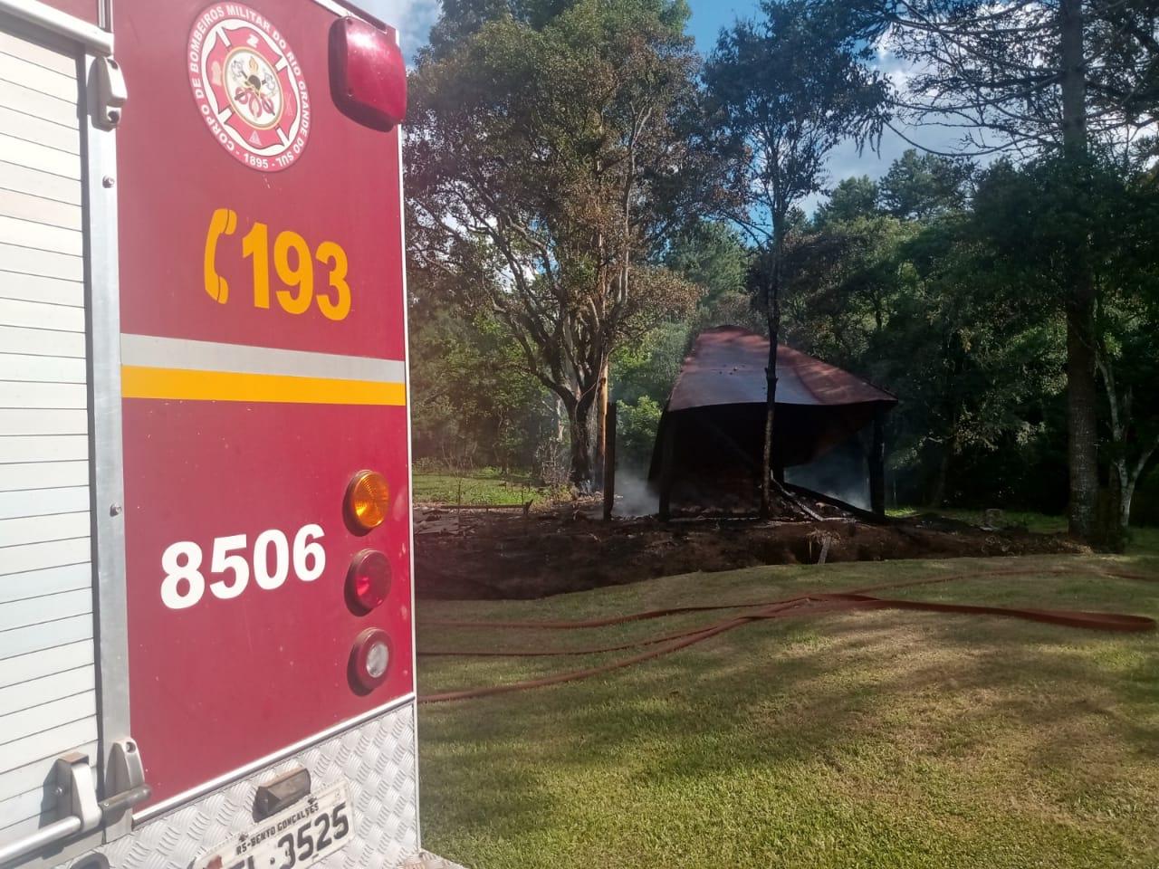 Corpo de Bombeiros combate incêndio na Linha Cruzeiro em Bento