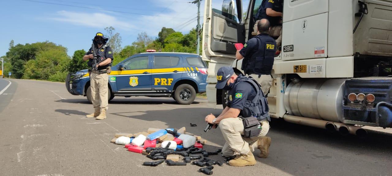 R$ 8 milhões de prejuízo para o crime organizado: PRF apreende 20 pistolas e 62 quilos de pasta base de cocaína em Montenegro
