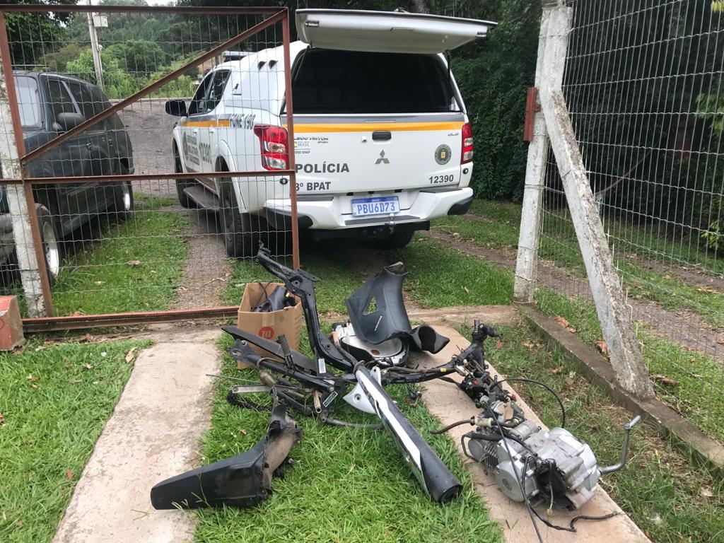Força Tática da BM localiza moto furtada em desmanche em Bento