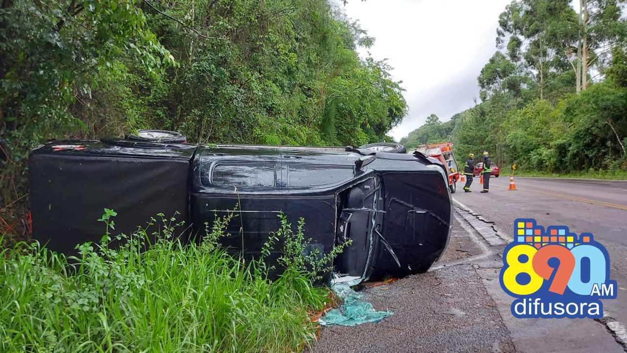 Caminhonete tomba na ERS-446, em Carlos Barbosa