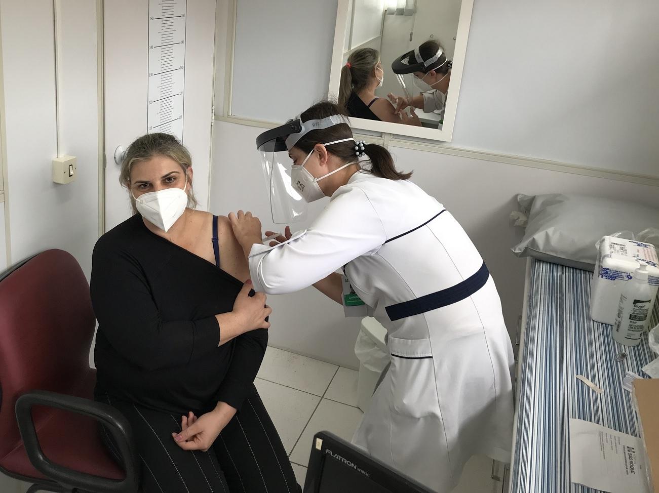 Hospital São Roque inicia vacinação dos profissionais de saúde