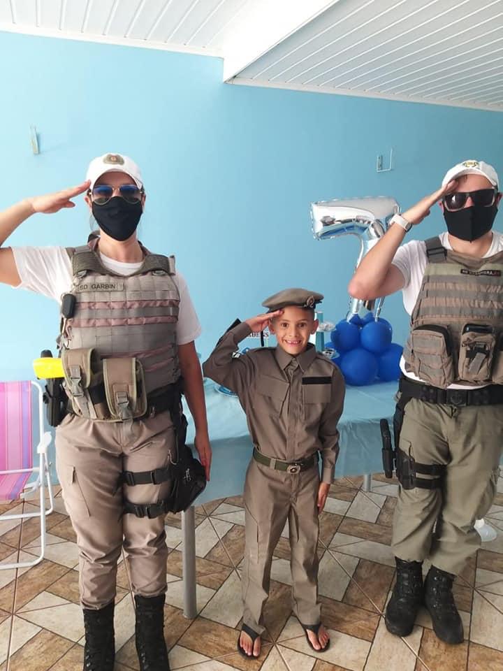 Policiais Militares fazem surpresa em aniversário de menino em Bento