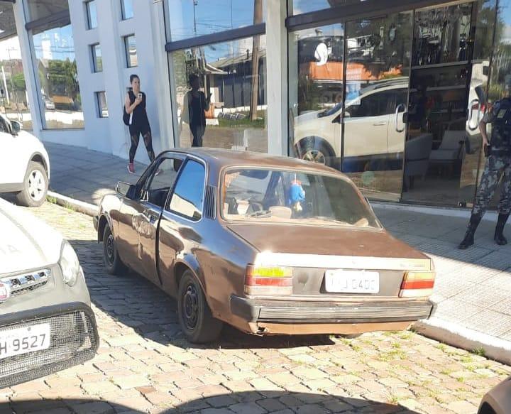 Brigada Militar aborda condutor sem CNH em veículo com licenciamento vencido em Veranópolis