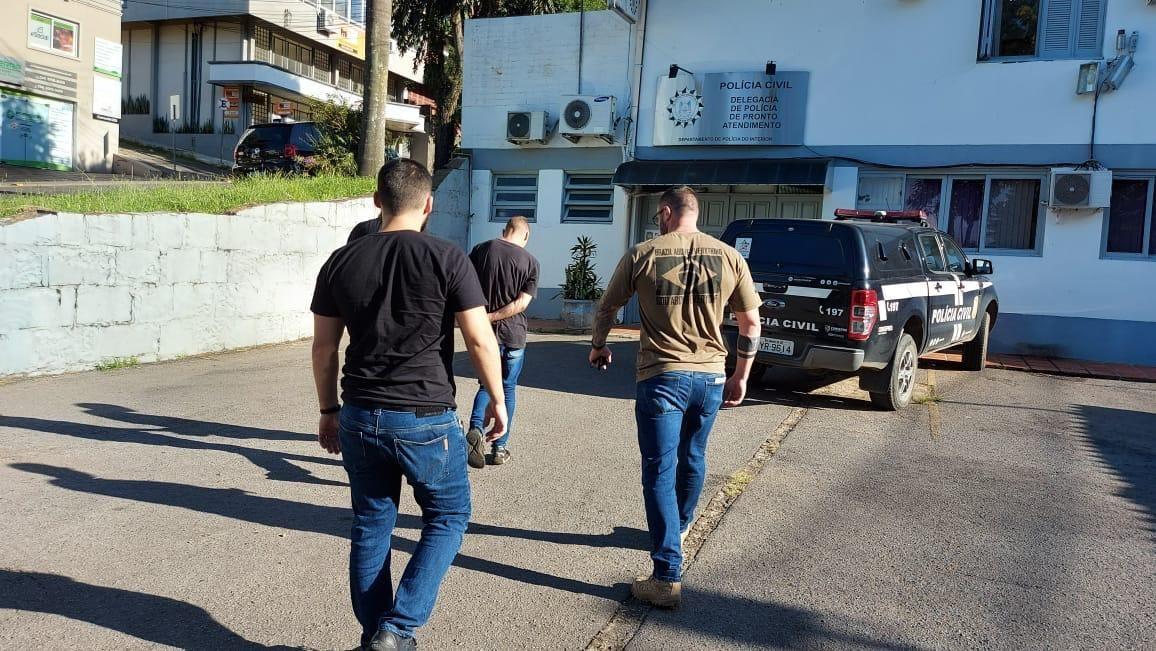 Polícia Civil prende homem e apreende adolescente em Bento por homicídio em Torres