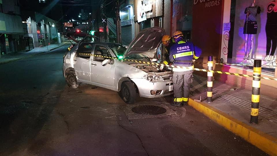Acidente de trânsito deixa duas pessoas feridas no centro de Bento