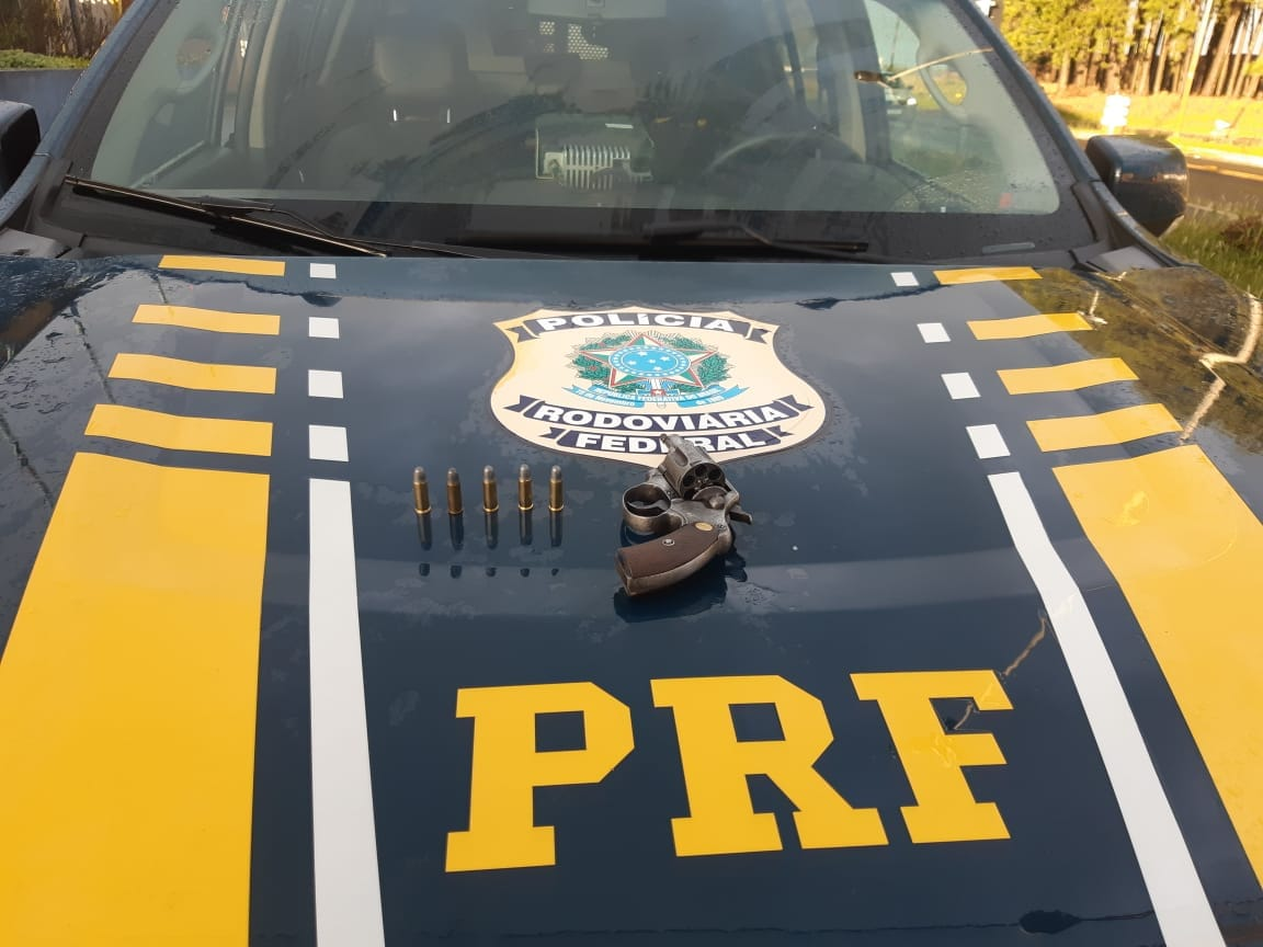 PRF prende motorista de ônibus com arma de fogo em Vacaria