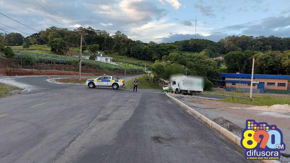Caminhão colide em poste na Linha Pedro Salgado em Bento