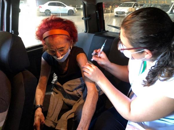 Idosos acima dos 85 anos receberão segunda dose da vacina contra o coronavírus no próximo domingo