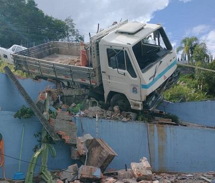 Caminhão colide com muro de residência no Santo Antão em Bento