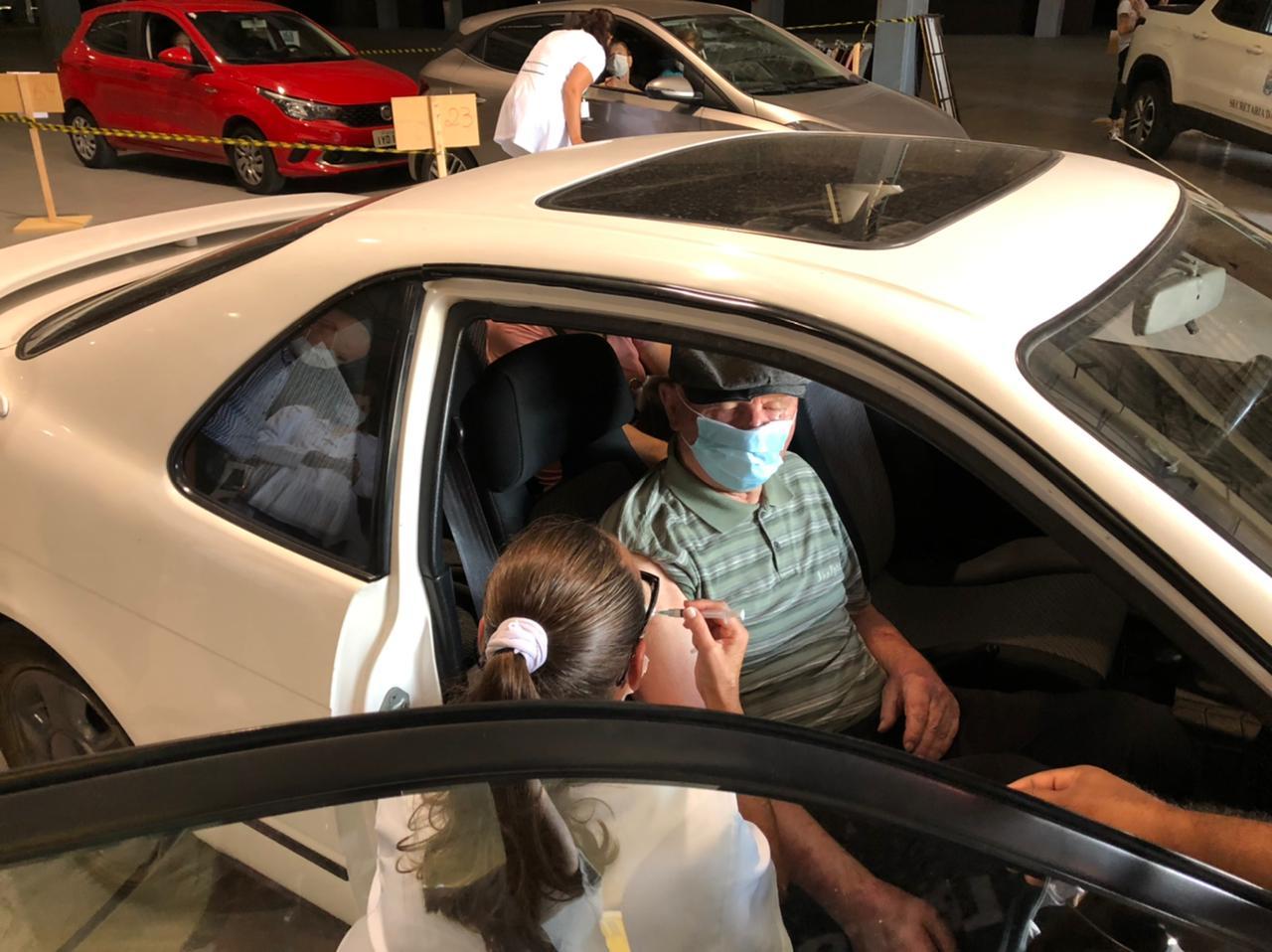 COVID-19: Bento Gonçalves realiza a vacinação de idosos acima de 90 anos