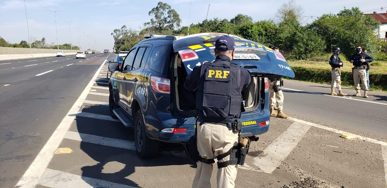 PRF e BM prendem jovem que fugiu de tentativa de abordagem e se escondeu em uma boate em Taquari