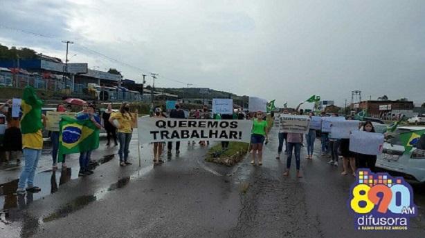 Manifestações são realizadas contra suspensão das aulas e fechamento dos estabelecimentos em Bento e Garibaldi