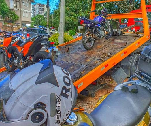 Motocicleta irregular é apreendida com adolescente após fuga de abordagem em Bento