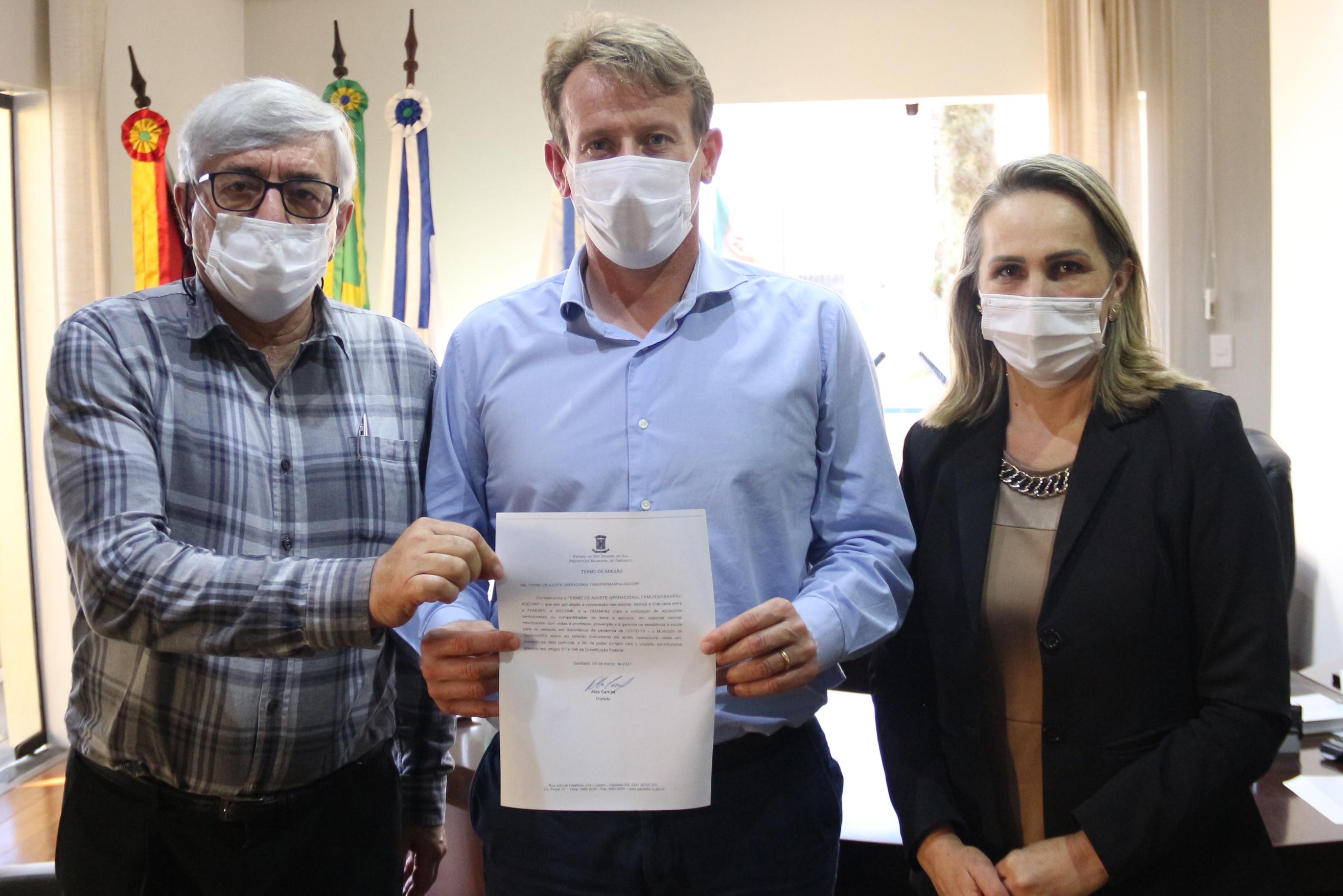Prefeito de Garibaldi assina termo de adesão para compra da vacina contra Covid-19