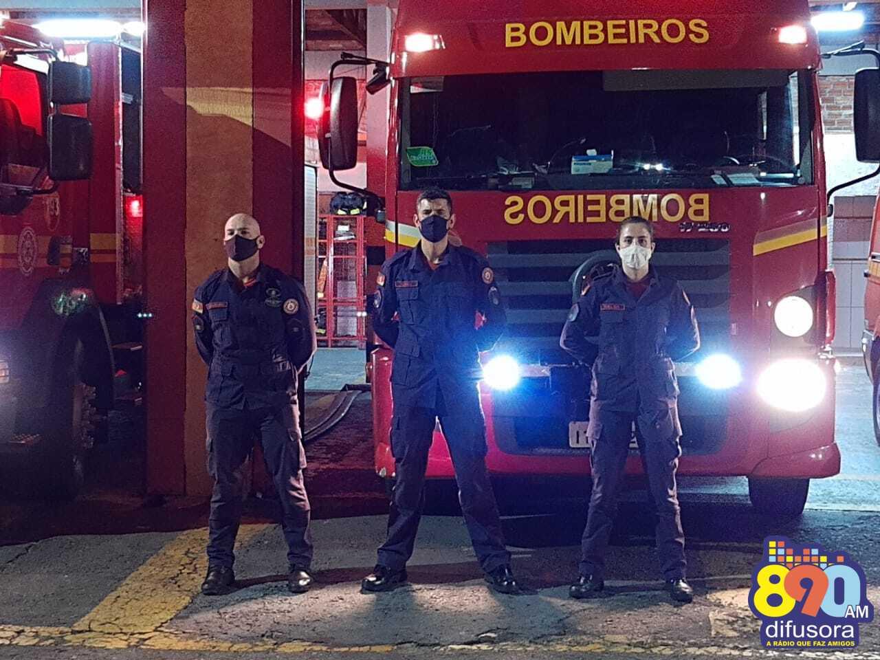 Bombeiros prestam homenagem aos profissionais que atuam no combate ao coronavírus em Bento