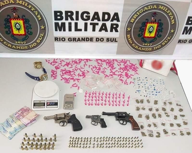Brigada militar prende trio e apreende dois menores com três revólveres, munição e drogas em Canela