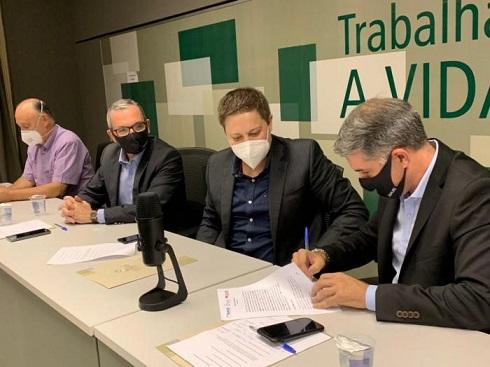 Frente dos Municípios do RS pela Vacina formaliza em ato assinatura de termo para aquisição de imunizantes contra covid-19