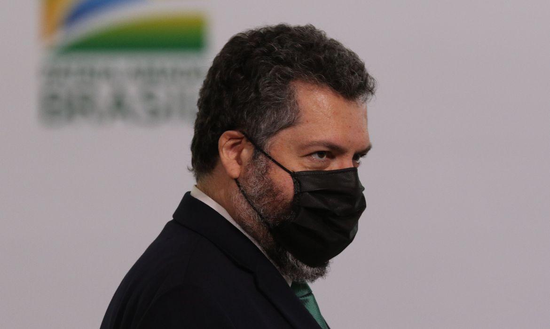 Araújo anuncia chegada de IFA para 32 milhões de doses de vacina