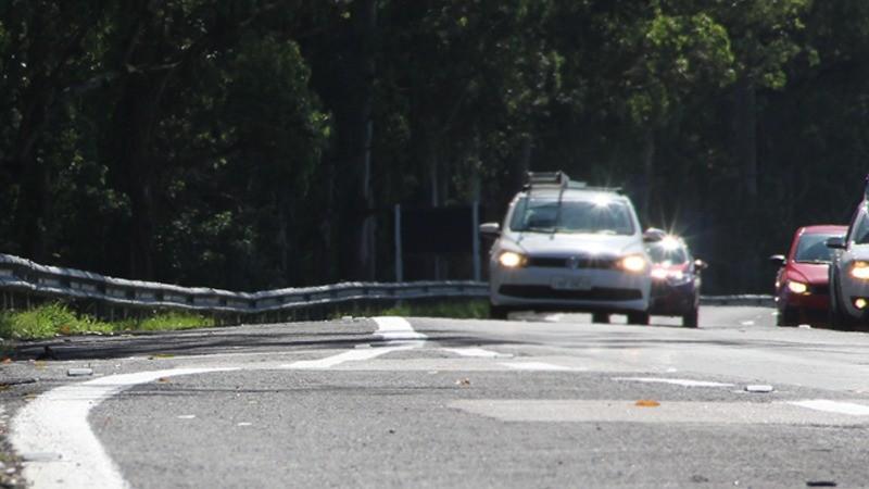 Farol passa a ser exigido durante o dia somente nas rodovias de pista simples
