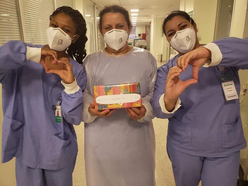 Voluntárias doam bombons para profissionais de saúde do Tacchini