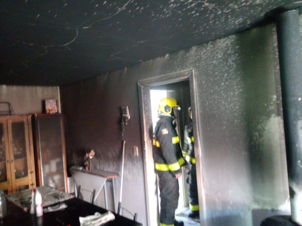 Bombeiros combatem incêndio em residência no Fenavinho, em Bento