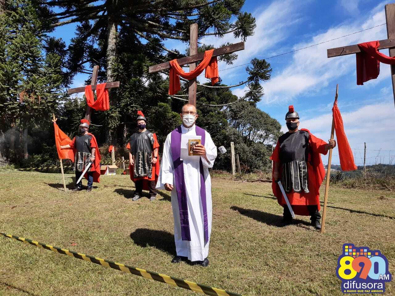 Voluntários do grupo de teatro da Encenação da Paixão de Cristo realizam vigília no Morro da Cruz do Salgado