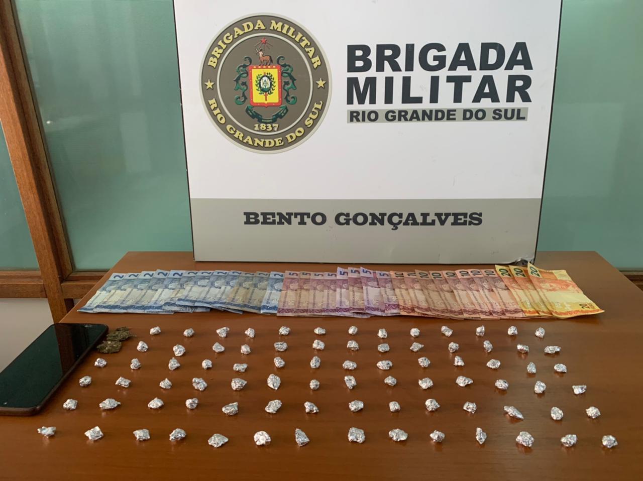 Força Tática prende dupla com drogas no bairro Maria Goretti, em Bento