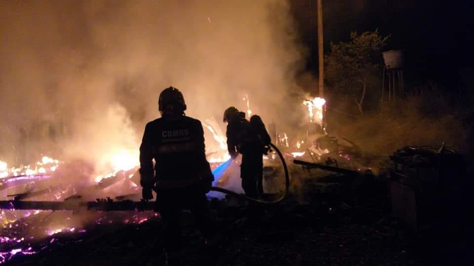 Bombeiros combatem incêndio em residência no KM 2 em Bento