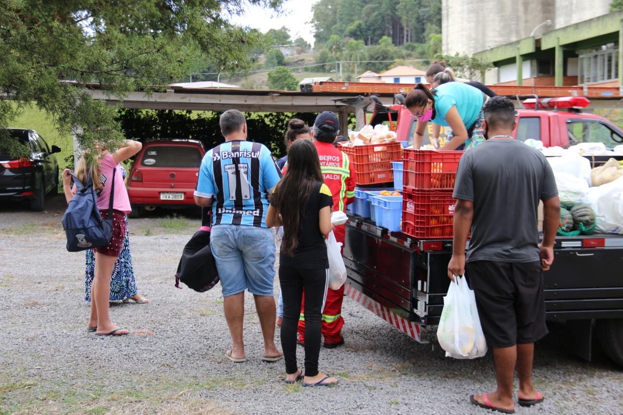 Campanha entrega alimentos para famílias da comunidade escolar de Garibaldi