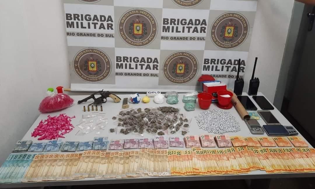 Trio é preso pela BM com arma e cerca de 1 kg de drogas em Flores da Cunha