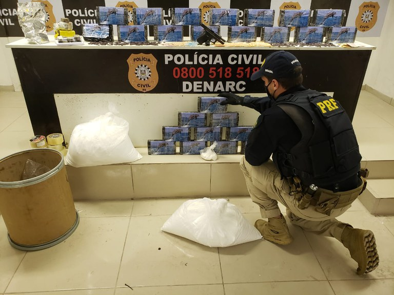 PRF e PC estouram depósito, prendem seis traficantes, apreendem drogas, arma e veículos
