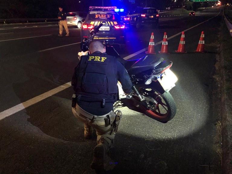 Rachas, manobras perigosas e deboche: PRF intercepta grupo de motociclistas em fuga na Freeway