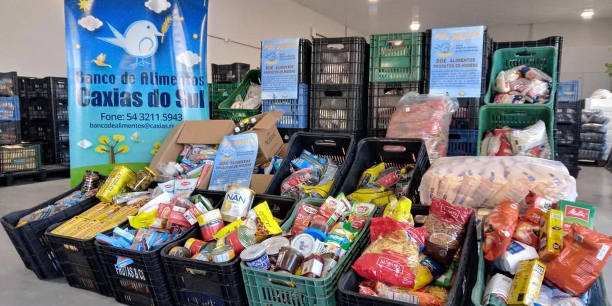 Paróquias de Carlos Barbosa entregam duas toneladas de donativos no banco de alimentos de Caxias