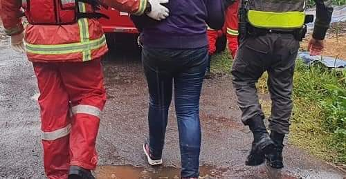 Policial pula em arroio e resgata mulher em Teutônia