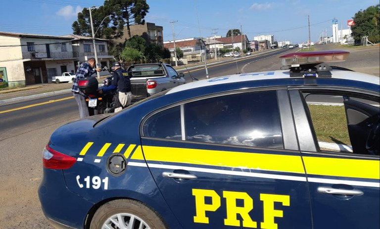 Embriagado, sem habilitação e sem capacete, motociclista é preso pela PRF em Vacaria