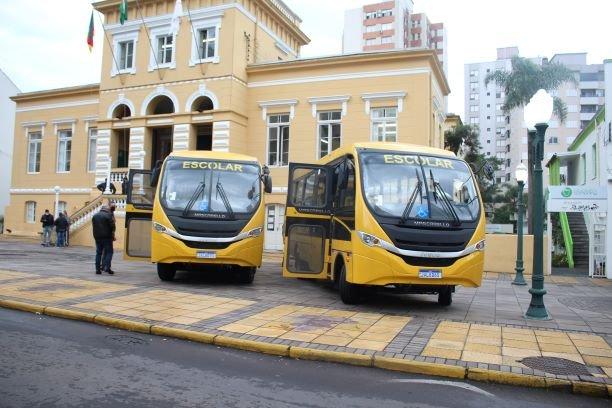 Secretaria de Educação recebe dois ônibus escolares para comunidades rurais