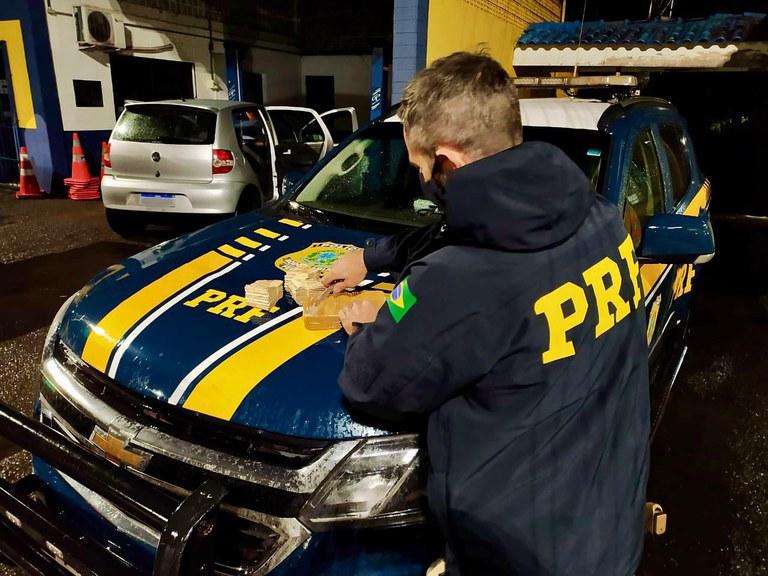 PRF prende três traficantes com cocaína e apreende R$ 30 mil em Passo Fundo