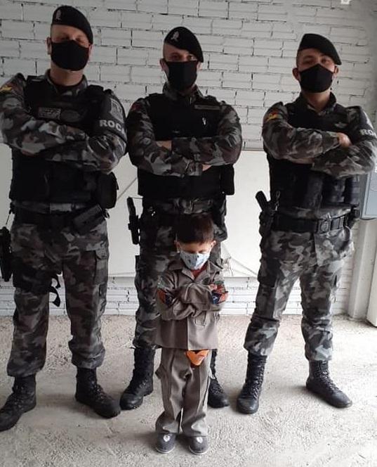 Brigada Militar visita criança de aniversário no Ouro Verde, em Bento